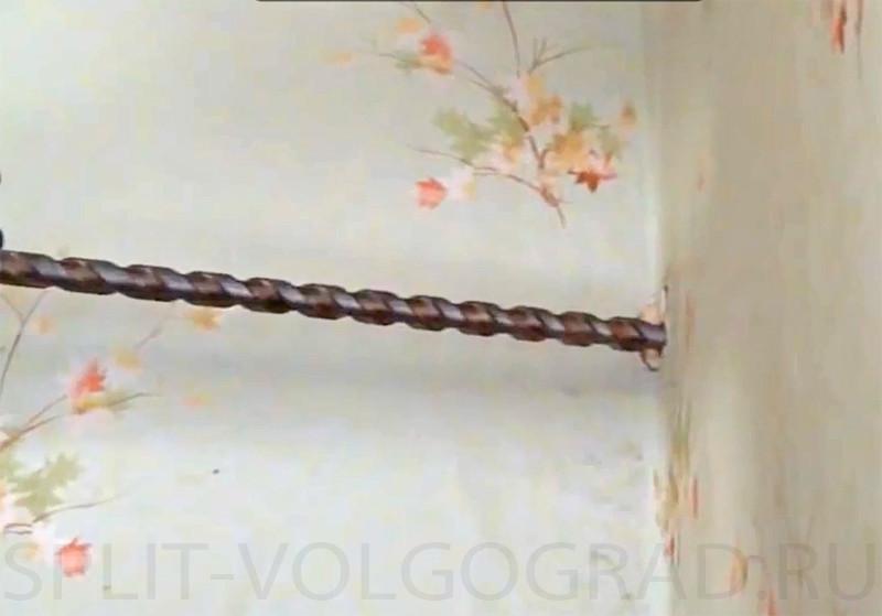 Сверлим дырку в стене под углом, иначе потребуется подключение помпы для отвода конденсата